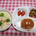パン・みそ入りポークシチュー・青菜とトマトのサラダ・いちご