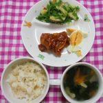 玄米入りごはん・鶏のケチャップあん・りんごサラダ・野菜スープ