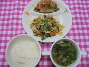 ごはん・チャプチェ・中華風温奴・きのこと青菜のスープ