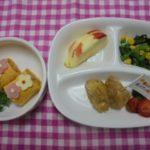 お誕生日会(ロールオムライス・ローストチキン・小松菜とコーンのソテー・りんご)