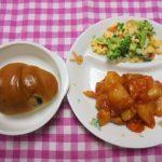 ぶどうパン・若鶏のトマトソース煮・ブロッコリーと卵のサラダ